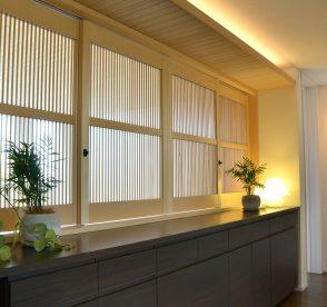 上質な窓辺の家具 木製可動ルーバーでお部屋のグレード感をUP