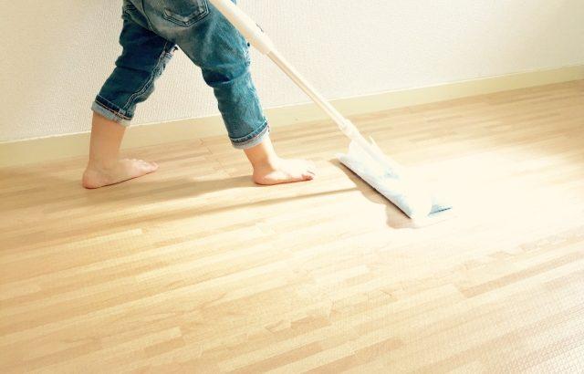日々の床掃除のコツ3選!効率的にほこりを取り除くには?