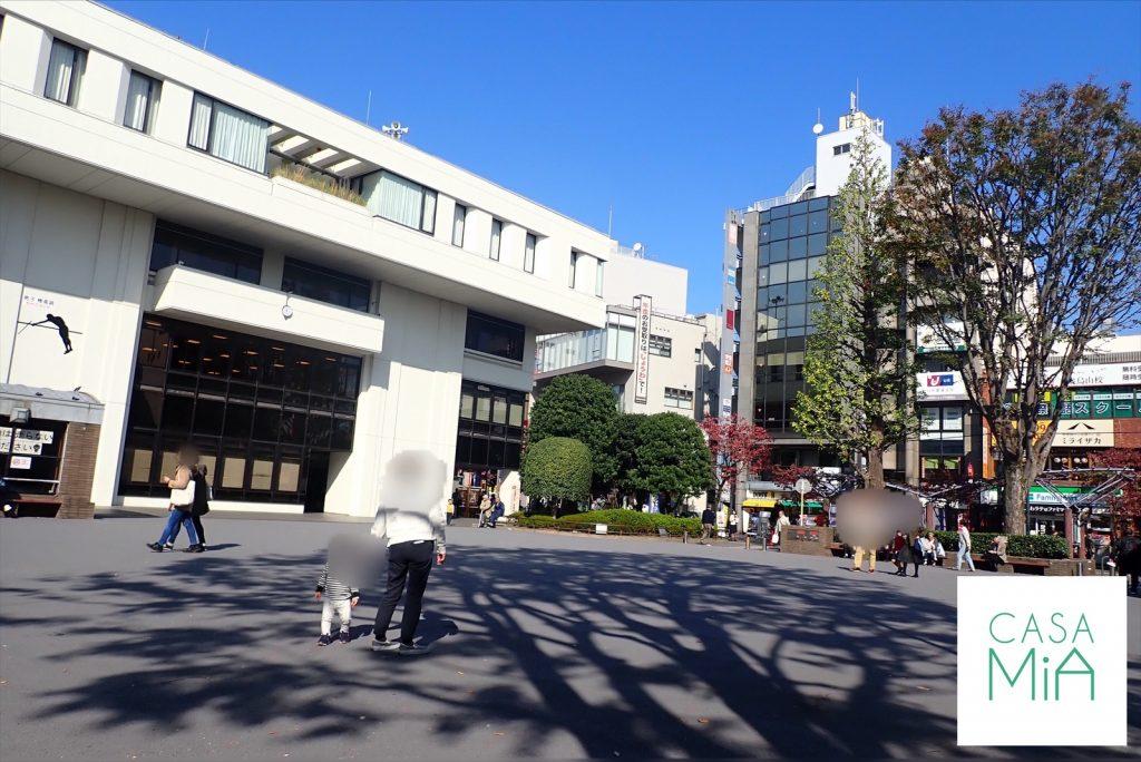 烏山区民センター前の広場