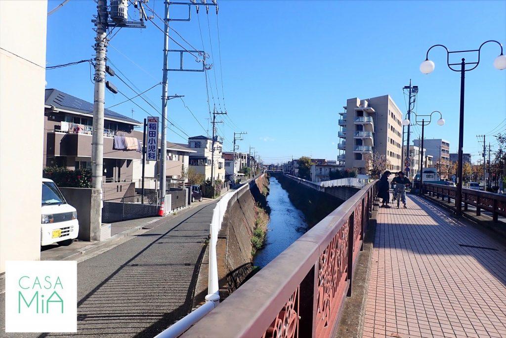 川沿いにある赤い橋と道路