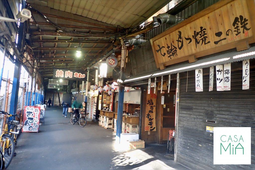 居酒屋、焼肉屋などが立ち並ぶレトロな雰囲気の商店街