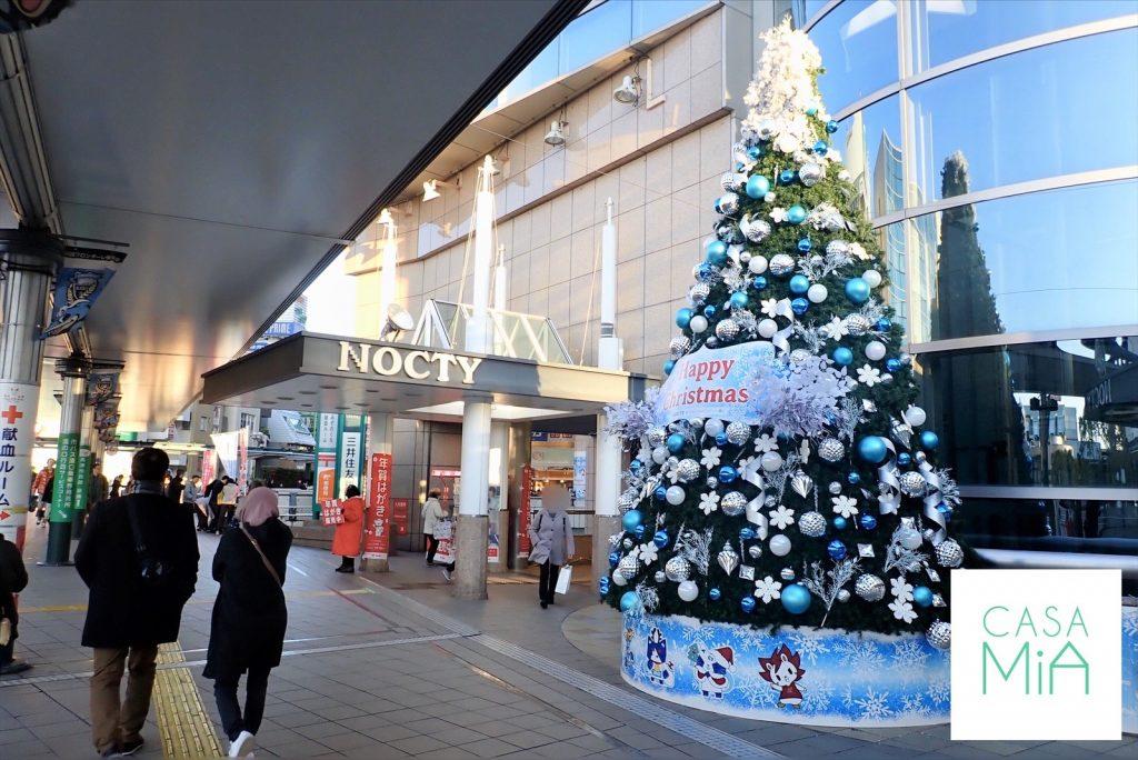 大きなクリスマスツリーが飾られたノクティビル前
