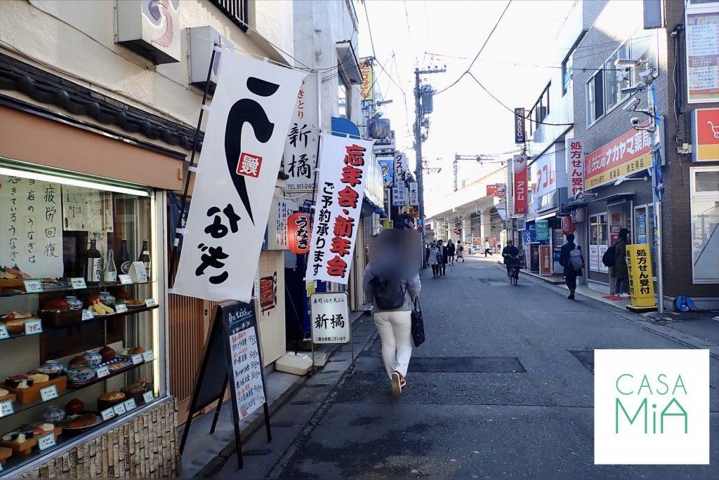 数軒の飲食店が立ち並ぶ、小田急線登戸駅近くにある商店街