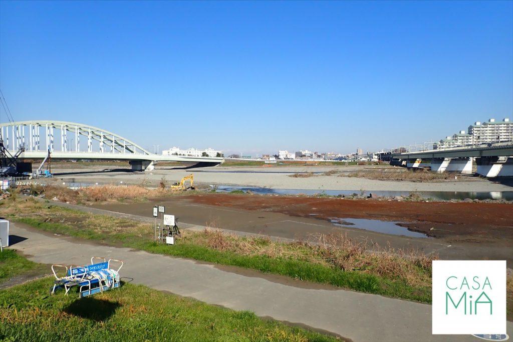 青い空が広がる多摩川の河川敷
