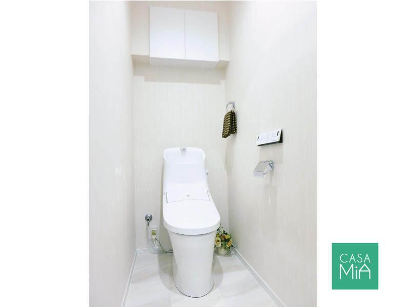 吊戸収納付きで洗練されたトイレ|クインズコート新宿