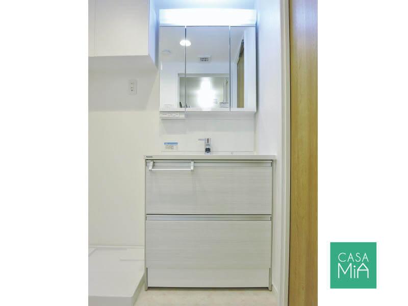 三面鏡が嬉しい洗面化粧台|クインズコート新宿