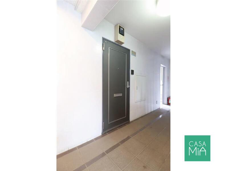 共用廊下側から見た玄関ドア。シンプルですね|ワールドパレス大井仙台坂