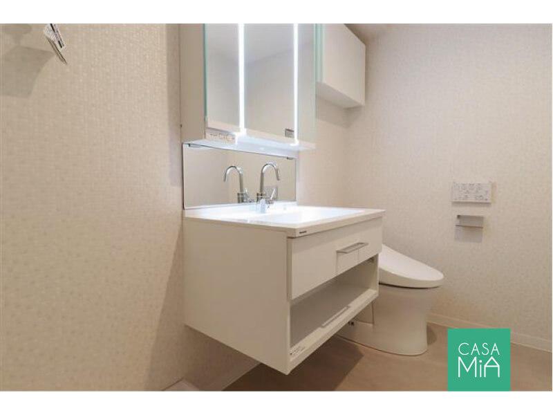 パウダールームにトイレが併設。ウォシュレットと吊戸付|ワールドパレス大井仙台坂